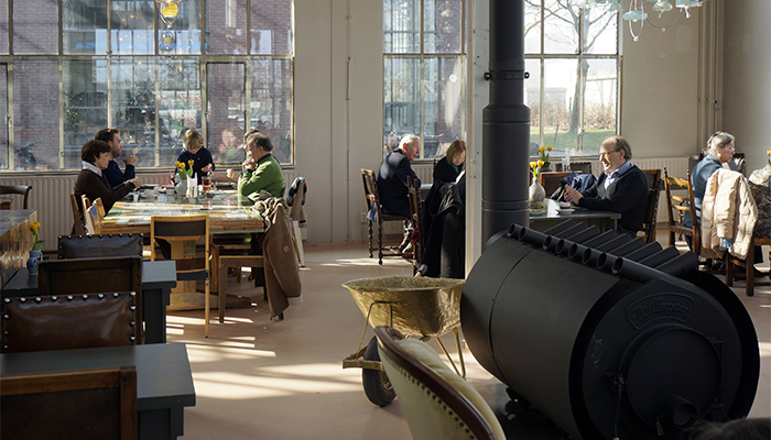 NLD, Niederlande, Eindhoven, Designer Piet Hein Eek hat in ehemaligen Fabrikhallen von Philips seine Werkstatt, Buero, Ausstellungsraeume und ein Restaurant | NLD, The Netherlands, Eindhoven, designer Piet Hein Eek has his workshop, office, Shop, Exhibition spaces and a restaurant in former Philips factory buildings