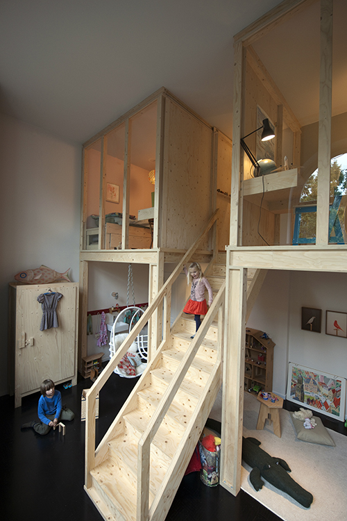 NLD, Niederlande, Haarlem, Holzeinbau fuer das Kinderzimmer mit Treppe und 2 Kinderzimmern, Design von Piet Hein Eek | NLD, The Netherlands, Haarlem, wood installation for childrens space with stairs and 2 nurseries, design by Piet Hein Eek