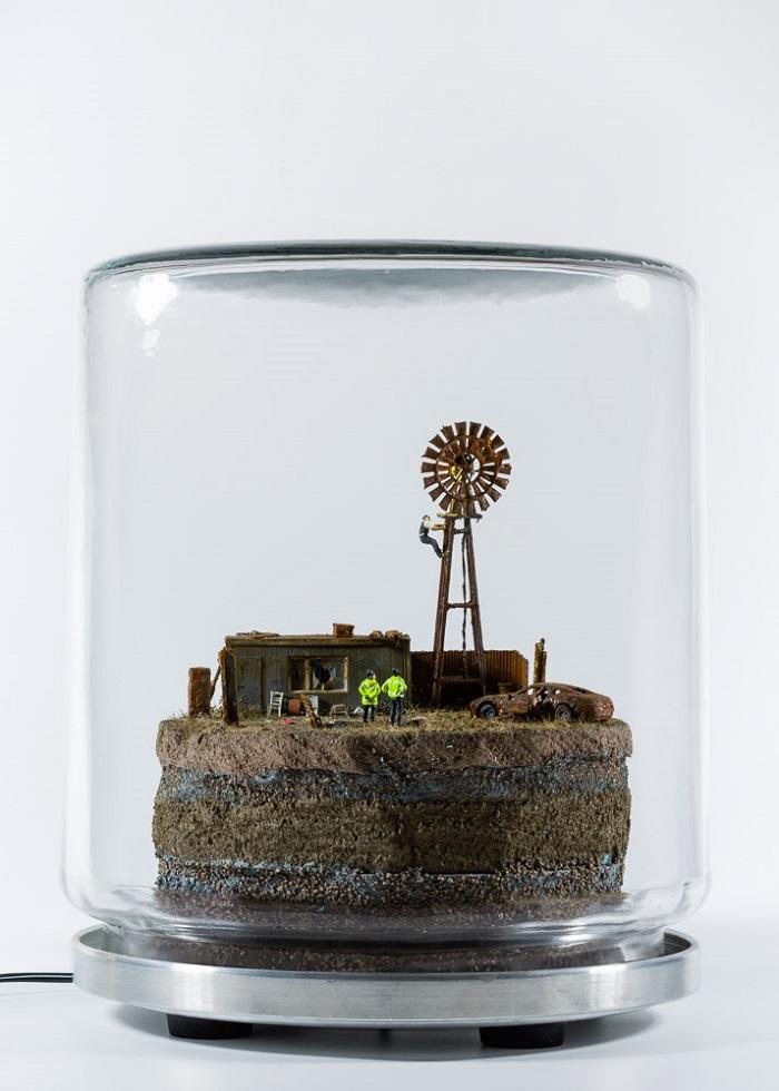 James Cauty, ADP Wind Farm: Too Little, Too Late, Modelbouwfiguurtjes, glazen pot, ledverlichting