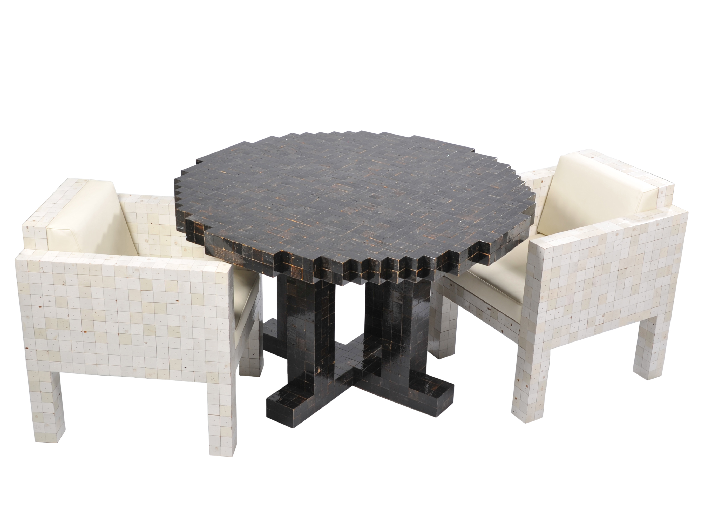 zwarte-tafel-en-witte-fauteuils
