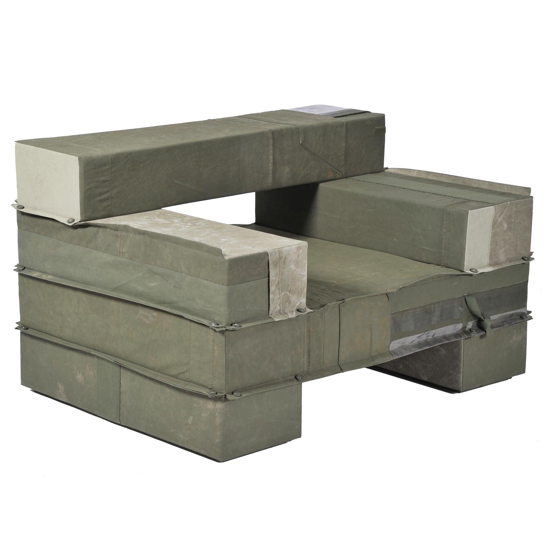 4310-enorme-gestoffeerde-balken-fauteuil-legerstof-04